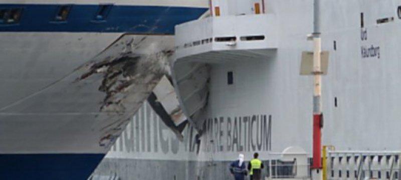 Fähre liegt nach Schiffskollision auf Grund