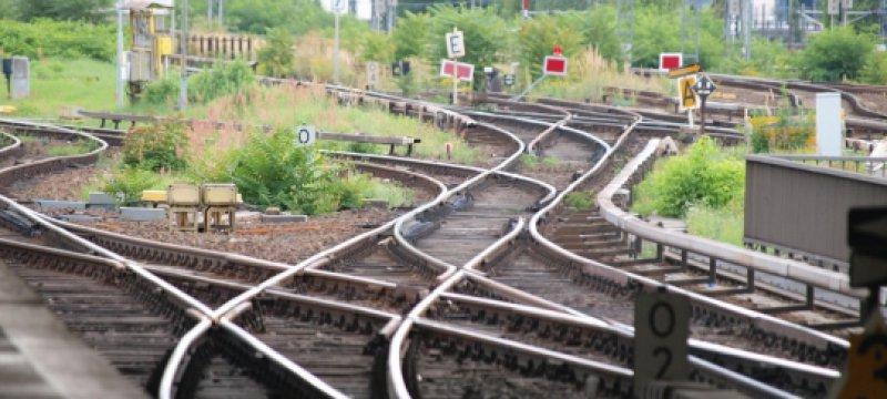 Schienen am Bahnsteig