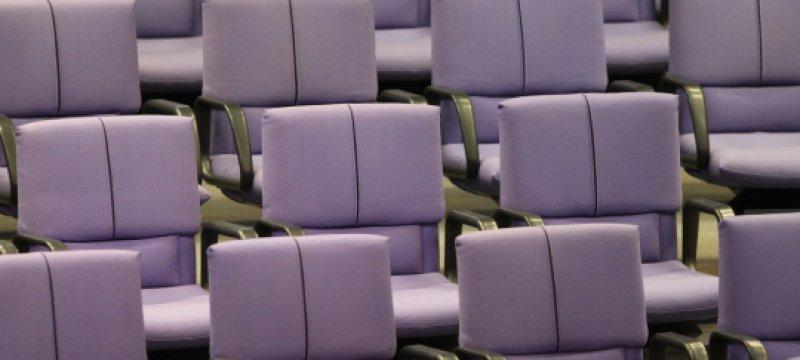 Leere Abgeordnetenstühle im Bundestag