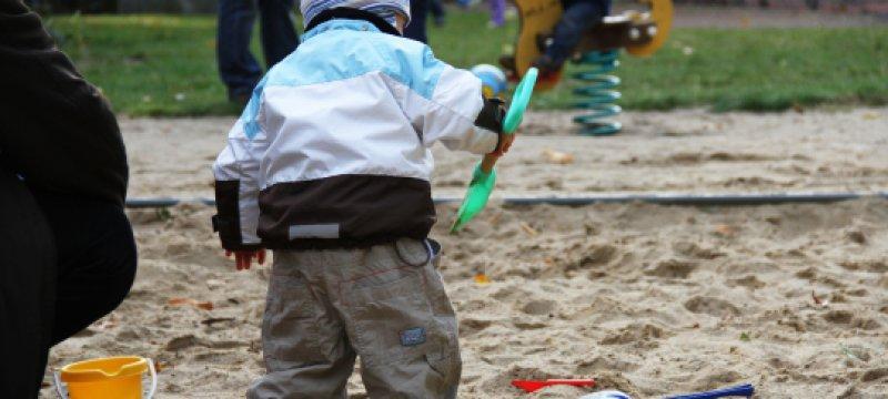 Kleinkind auf Spielplatz