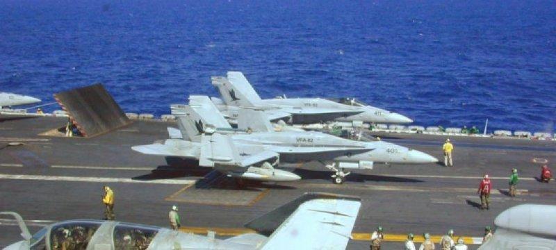 US-Kampfflugzeuge an Bord eines Flugzeugträgers