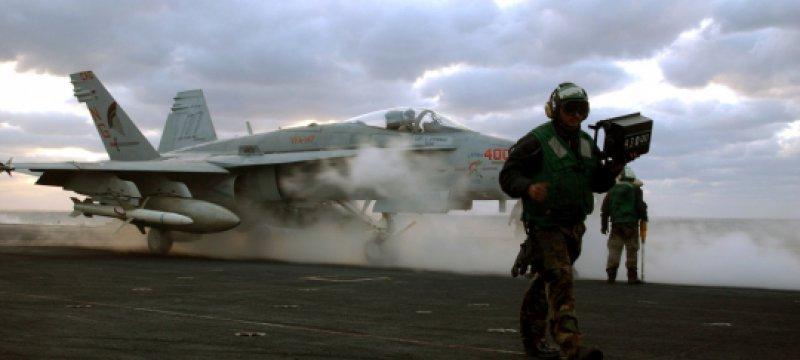 US-Kampfflugzeug an Bord von Flugzeugträger
