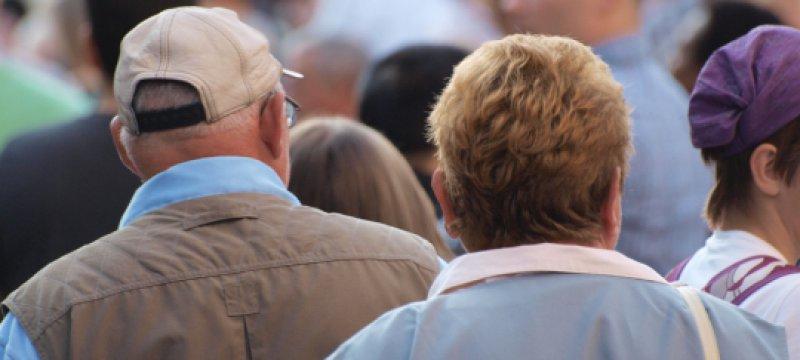 Senioren in einer Fußgängerzone