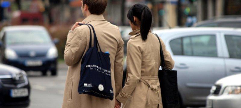 Junges Pärchen mit Einkaufstaschen