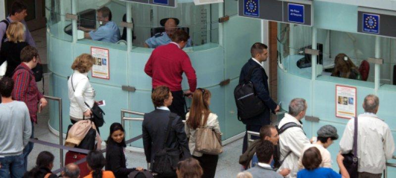 Flugpassagiere vor der Passkontrolle