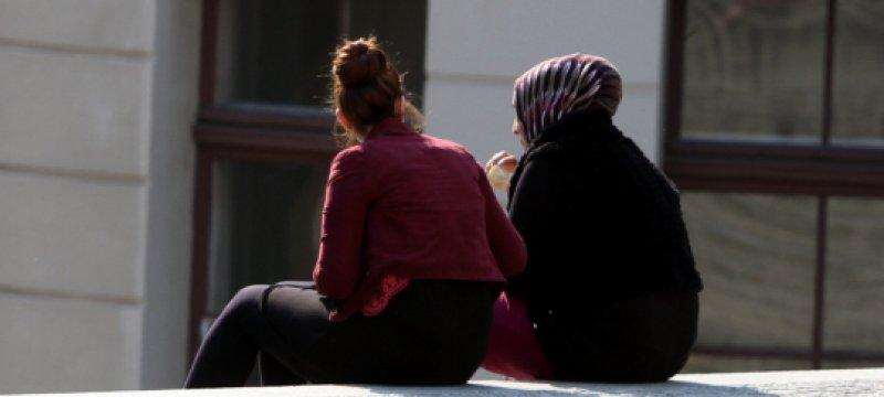 Frau mit Kopftuch und Frau ohne Kopftuch