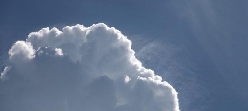 Blauer Himmel mit Schönwetterwolken