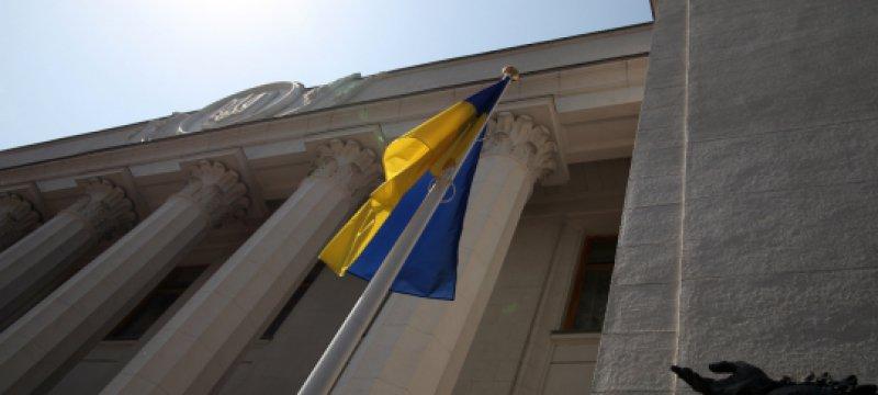 Ukrainische Flagge vor dem Parlament in Kiew