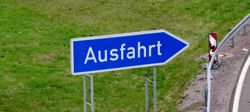 Ausfahrts-Schild an einer Autobahn