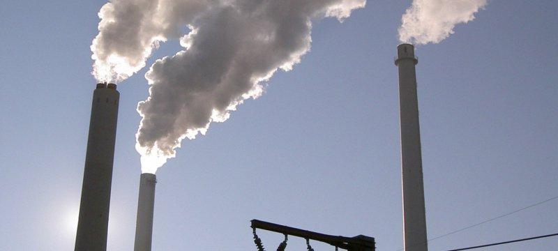 Schornsteine an einer Industrieanlage