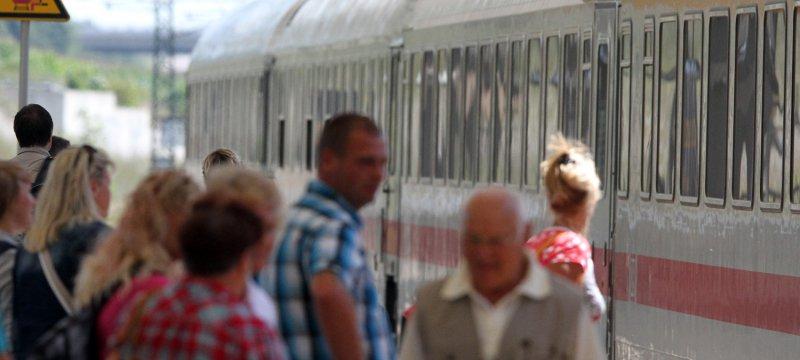 Reisende am Bahnhof