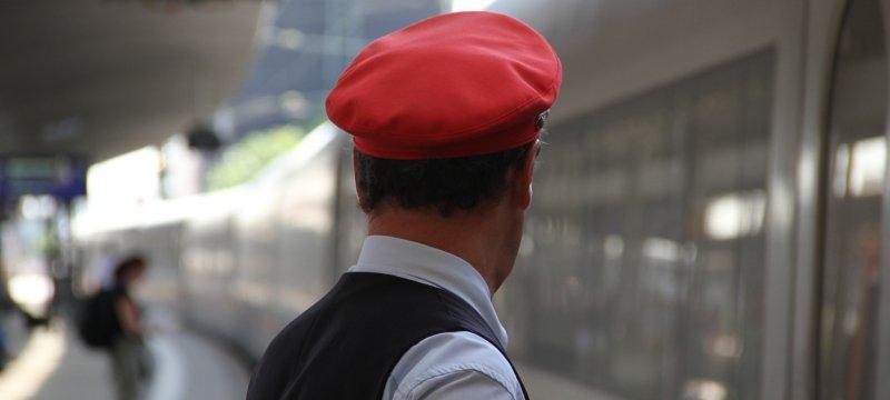Zugschaffner am Bahnsteig
