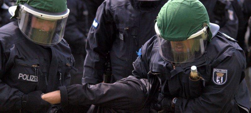 Polizisten führen eine Festnahme durch