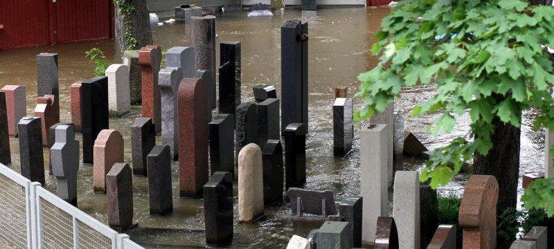 Grabsteine im Hochwasser