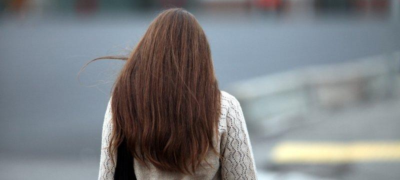 Frau mit braunem Haar