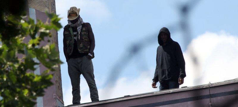 Flüchtling auf dem Dach der Gerhart-Hauptmann-Schule in Berlin-Kreuzberg am 01.07.2014