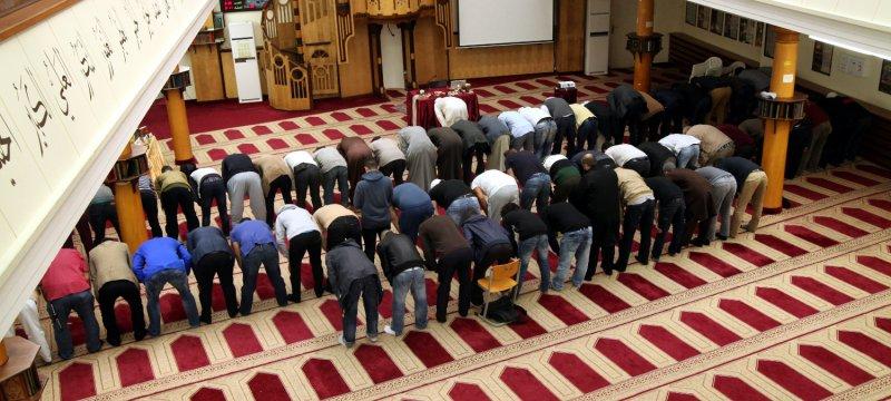 Gläubige Muslime beim Gebet in einer Berliner Moschee