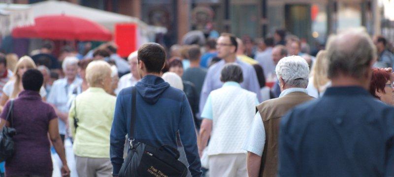 Menschen in einer Fußgängerzone