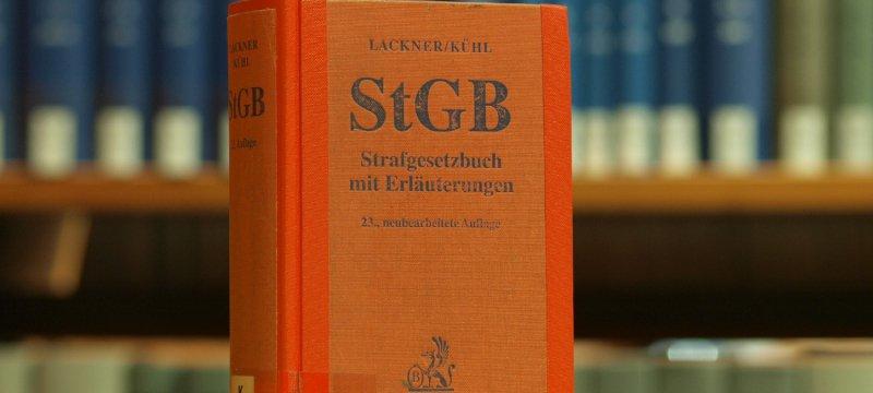 Das Strafgesetzbuch in einer Bibliothek