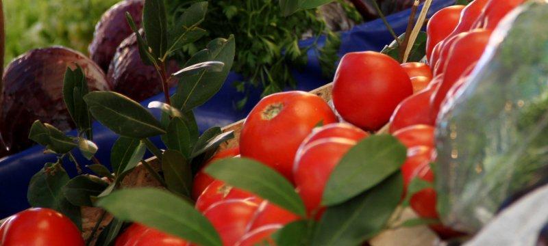 Tomaten an einem Gemüsestand