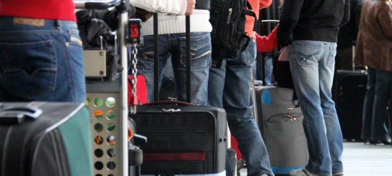 Touristen beim Check-in am Flughafen