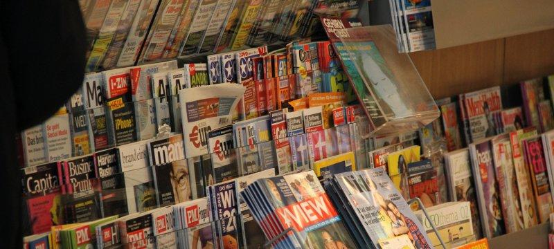Zeitschriften an einem Kiosk