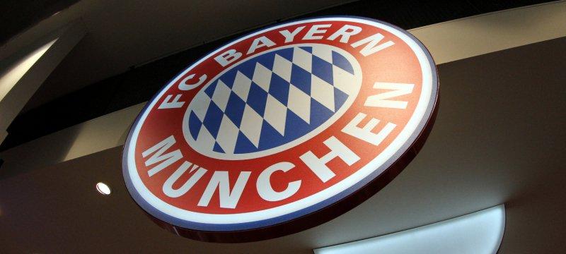 Logo des FC Bayern München in einem Fanshop