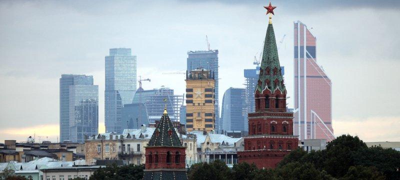Turm des Kreml in Moskau mit dem Moskauer Bankenviertel im Hintergrund