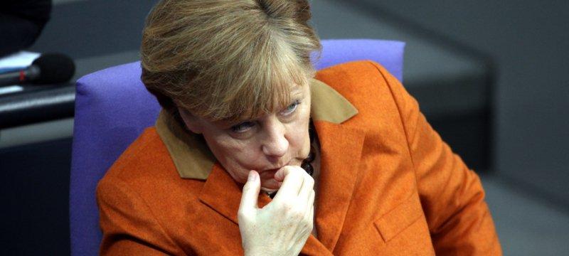 Angela Merkel knabbert an Fingernägeln
