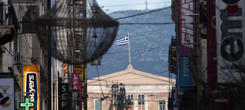 Einkaufsstraße in Athen mit Griechischem Parlament
