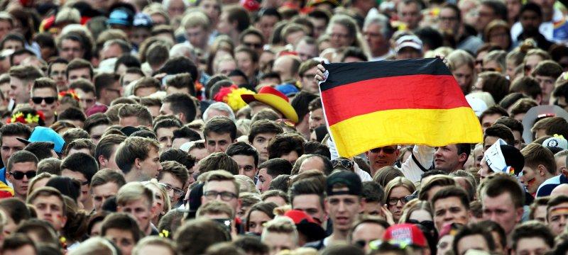 Fußballfans auf der Berliner Fanmeile am 26.06.2014