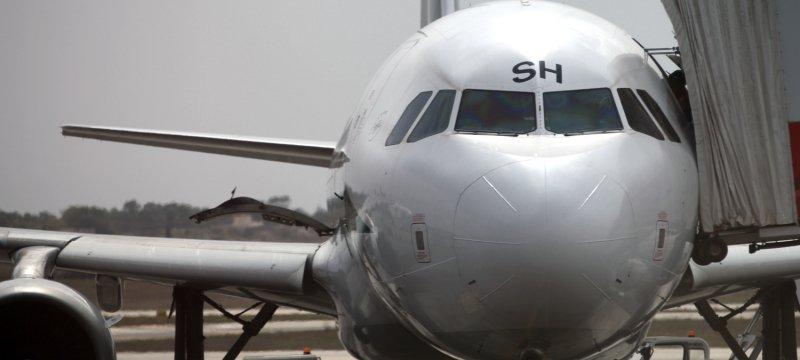 Flugzeug mit Passagieren auf dem Rollfeld