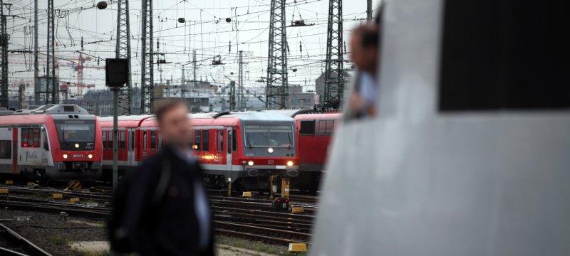 Lokführer unterhalten sich am Gleis