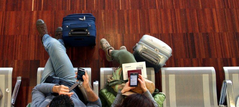 Ein Pärchen wartet am Flughafen