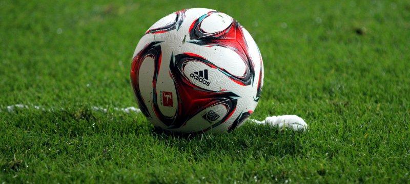 Fußball liegt vor Freistoßspray