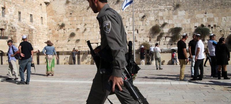 Israelischer Soldat vor der Klagemauer Tempelberg