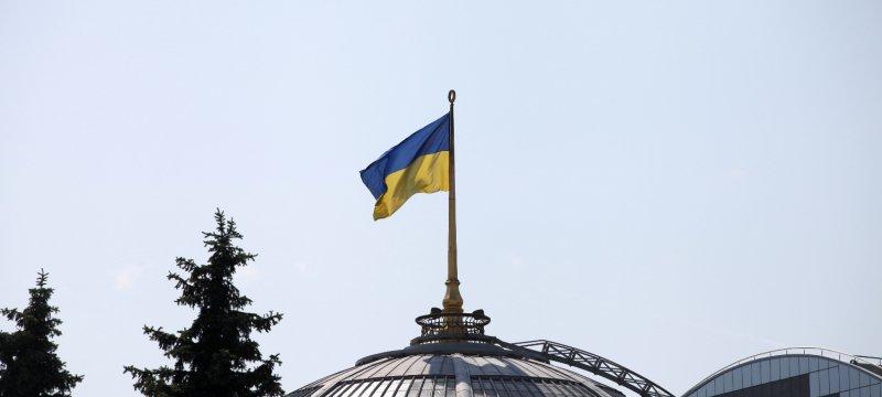 Ukrainische Flagge auf dem Parlament in Kiew