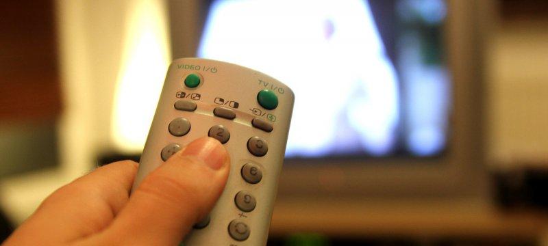 Fernsehzuschauer mit einer Fernbedienung