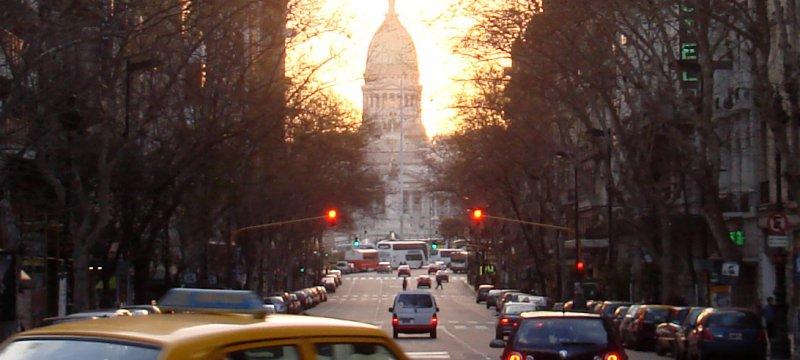 Straßenszene in Buenos Aires vor Argentinischem Nationalkongress Parlament