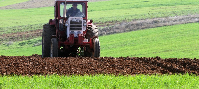Bauer mit Traktor