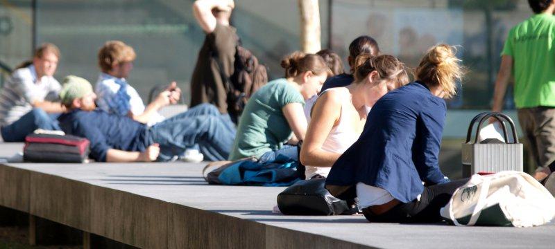Junge Leute vor einer Universität