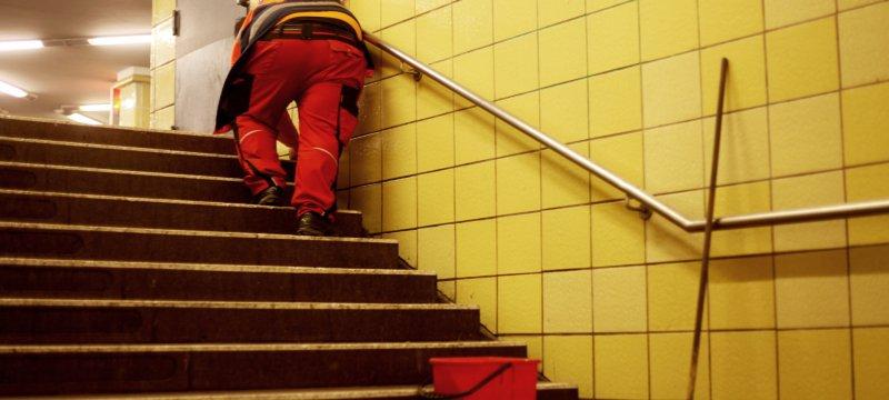 Reinigungskraft in einer U-Bahn-Station